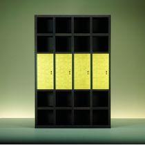 Biblioteca modular / moderna / de madera / acristalada