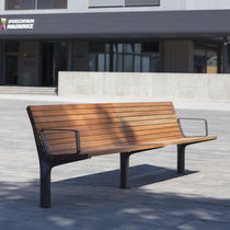 Banco público / moderno / de madera / con respaldo
