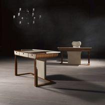 Escritorio de madera / de cuero / moderno
