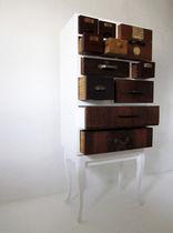 Cómoda con patas altas / de diseño original / de madera lacada / de madera patinada