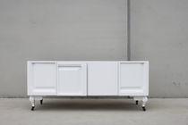 Aparador de diseño original / de madera / de madera lacada / con estantes
