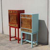 Cómoda con patas altas / de diseño original / de madera lacada mate / de madera patinada