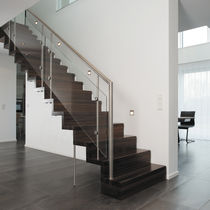 Escalera recta / con peldaños de madera / estructura de madera / con contrahuellas