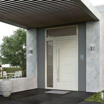 Puerta de entrada / abatible / de aluminio / con ventana lateral fija