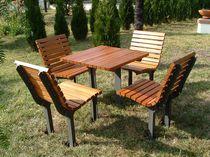 Conjunto de mesa y silla moderno / de madera / de hierro fundido / para exterior