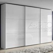 Armario moderno / de madera / de madera lacada / con puertas corredizas