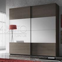 Armario moderno / de madera / con puerta corredera / con espejo