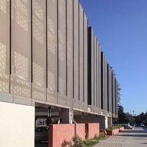 Celosía con lamas de aluminio / para fachada / perforada / vertical
