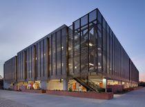 Celosía con lamas de aluminio / para fachada / vertical / perforada