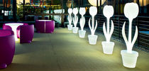 Lámpara de pie / de diseño original / de termoplástico / de exterior