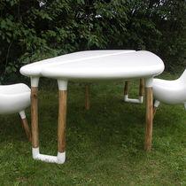 Mesa de diseño orgánico / de resina / de fibra de vidrio / de jardín