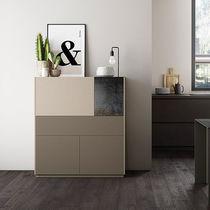 Aparador alto / moderno / de madera lacada
