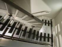 Escalera en U / con peldaños de vidrio / estructura de metal / sin contrahuellas