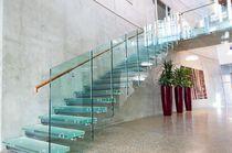 Escalera recta / con peldaños de vidrio / estructura de metal / sin contrahuellas