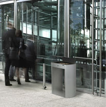Cenicero pie bancada / de acero galvanizado / para exterior / para espacio público