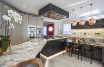 Cocina moderna / de mármol / con isla