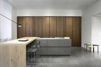 Cocina moderna / de acero / de madera lacada / de nogal