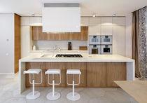 Cocina moderna / de piedra / de olmo / de madera lacada