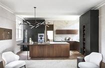 Cocina moderna / de madera lacada / de piedra natural / con isla