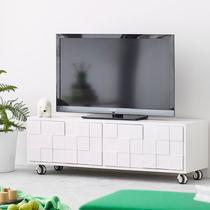 Mueble de televisión moderno / con ruedas / de roble / de madera pintada