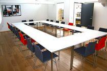 Mesa de conferencia moderna / de material laminado / de HPL / rectangular