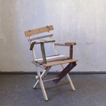 Silla moderna / de madera / con reposabrazos / de material reutilizado