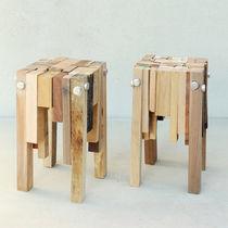 Taburete moderno / de madera / de material reutilizado