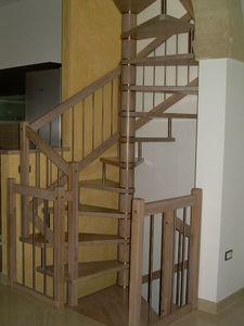 escalera de caracol cuadrada con peldaos de madera estructura de madera sin