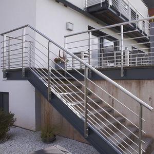 escalera en l estructura de metal sin moderna