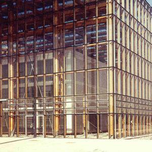 muro cortina con tapeta de vidrio de madera de acero