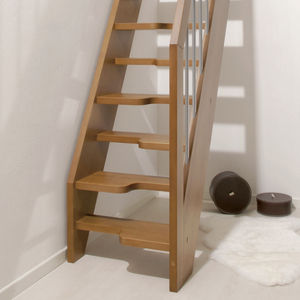 escalera recta con peldaos de madera estructura de madera sin