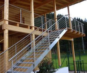 escalera recta con peldaos de vidrio estructura de acero inoxidable sin