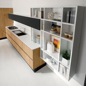 estantera mural moderna de madera lacada para cocina