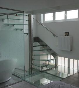 escalera de caracol cuadrada helicoidal con peldaos de vidrio estructura de acero inoxidable