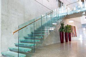 escalera recta con peldaos de vidrio estructura de metal sin