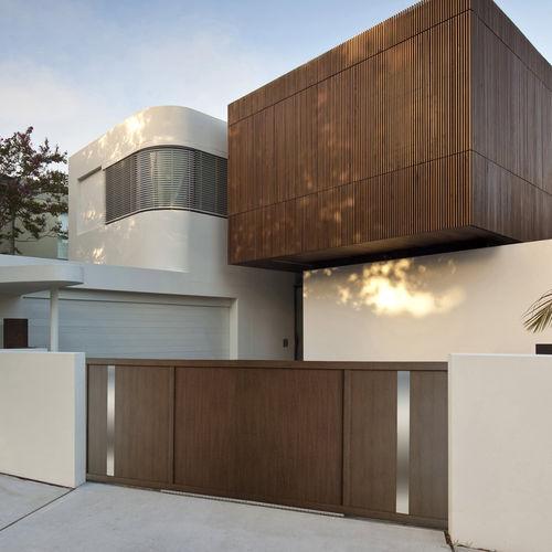portón abatible / de aluminio / de panel / para uso residencial