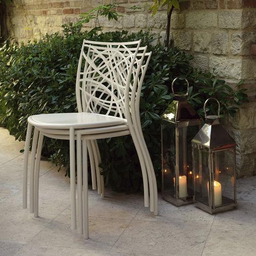 silla moderna / apilable / de metal / de exterior