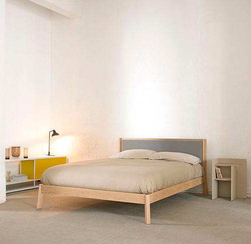cama de matrimonio / moderna / tapizada / de madera