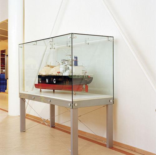 vitrina moderna / con pies / de vidrio / aluminio