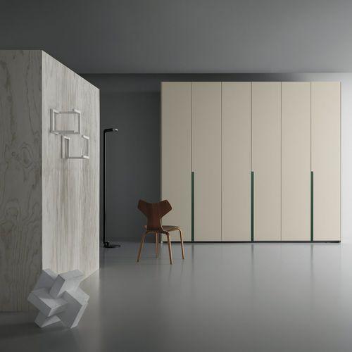 armario moderno / de madera lacada / de fresno / con puertas batientes