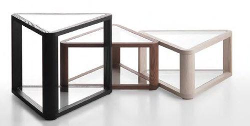 mesita auxiliar moderna / de madera / de vidrio / triangular