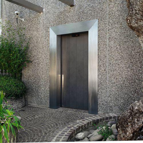 puerta de entrada / corredera / de metal / de seguridad