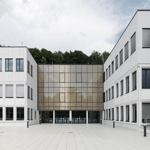 revestimiento de fachada de material compuesto de cemento y vidrio / de hormigón / mate / arenado