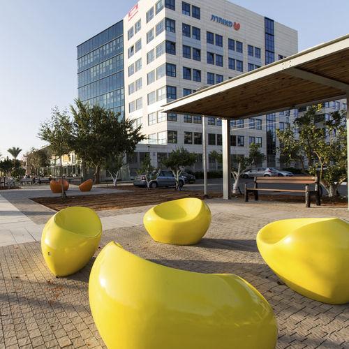 Sillón urbano de diseño orgánico / de hormigón / barnizado con poliuretano / para lugar público HAPPY by Matouš Holý BELLITALIA
