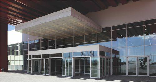 Muro cortina de vidrio estructural / de aluminio y vidrio M50  ALUMIL S.A.