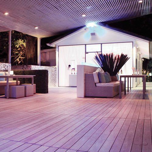 tarima de exterior de madera compuesta / de madera de frondosa / tratada térmicamente / para el sector servicios