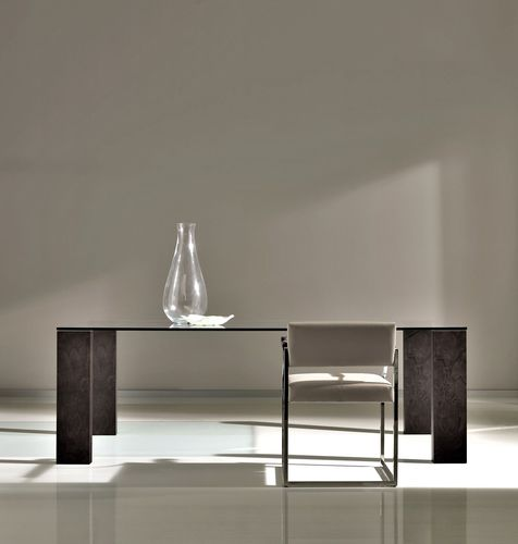 mesa de comedor moderna / de nogal / de vidrio templado / de acero inoxidable