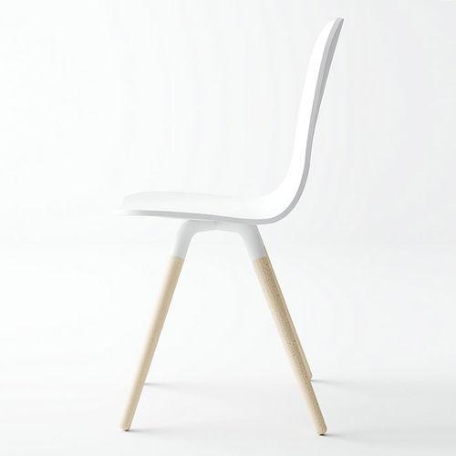 silla de diseño escandinavo / tapizada / de tejido / de madera