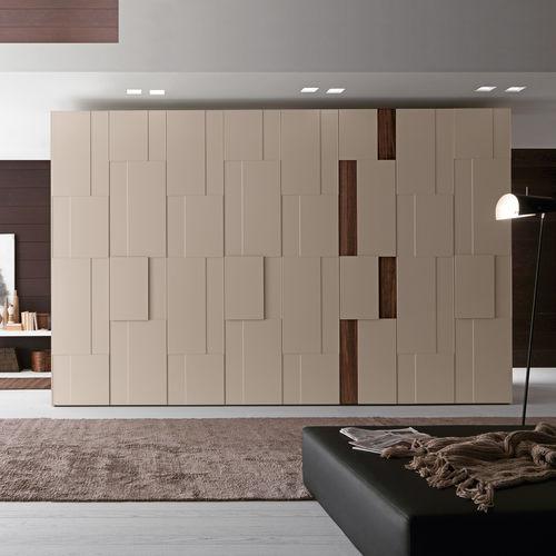 armario moderno / de madera lacada brillante / de madera lacada / con puertas batientes