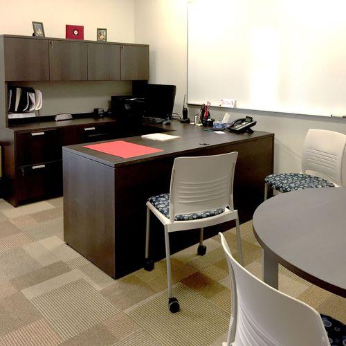 conjunto de escritorio y armarios para el sector servicios